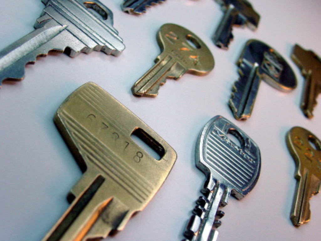 closeup photo of various types of keys